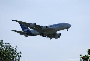 Ein A380 im Landeanflug auf den Flughafen Hamburg