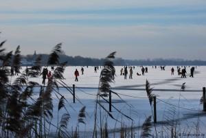 Schlittschuhlaufen auf dem zugefrorenen See