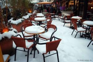 Alle Tische besetzt im Café