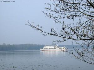 Einsames Ausflugsschiff