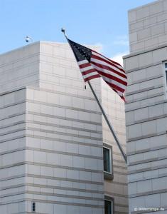 Flagge an der US-Botschaft in Berlin