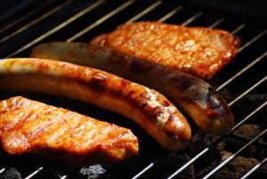 Grill mit Bratwurst und Fleisch