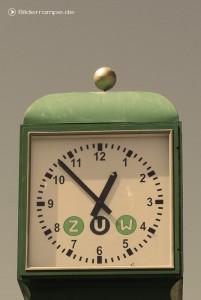 Diese Uhr zeigt 7 Minuten vor Eins