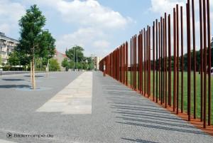 Stahlstangen zeigen den Verlauf der Mauer