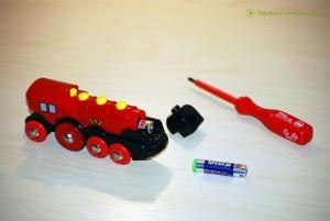 BRIO Lok Batterien tauschen