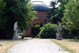 Marmorengel am Eingang zum Friedhof
