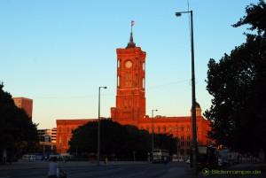 Auch die Uhr im Turm des Roten Rathaus in Berlin muß umgestellt werden