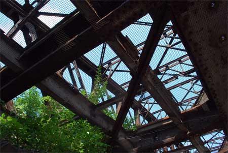 Auch eine ungenutzte Eisenbahnbrücke ist ein Lost Place